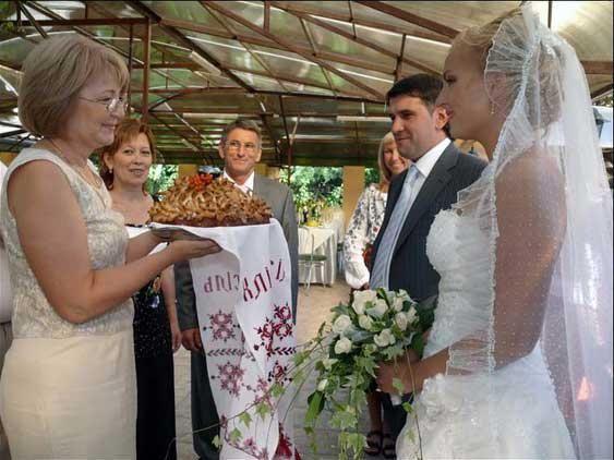 srečanje mladoporočenca s hlebcem