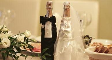 Prvotna dekoracija steklenice šampanjca za poroko.