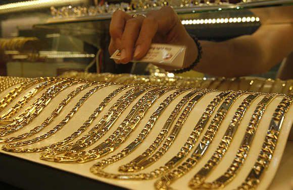 Koliko gram zlata vzorca 585 v zalogi, banki in trgovini?