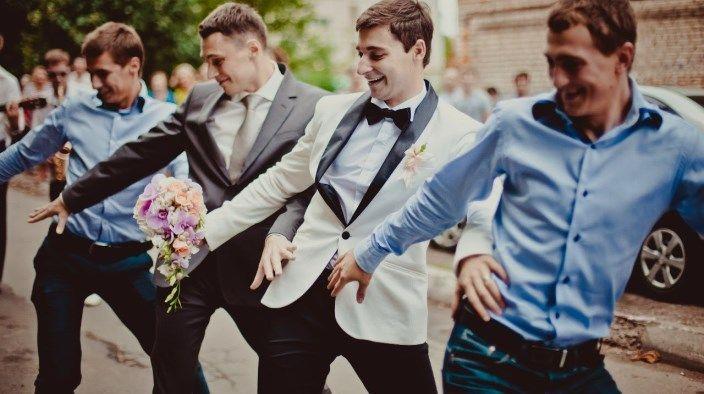 ples ženina in njegovih prijateljev