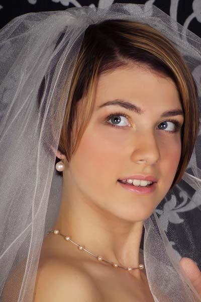 Elegantna poročna pričeska za kratke lase s tančico