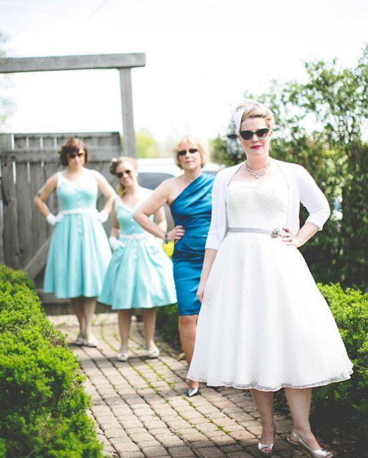 Nevesta in njeni prijatelji v pisanih oblekah